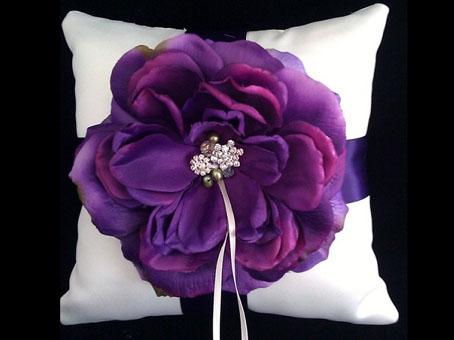berwarna ungu ini! Hias bantal mungil dengan pita dan sebuah bunga
