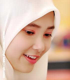 Senyum Mampu Buat Wajah Awet Muda