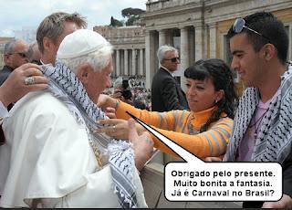 mulher dando presenta ao papa