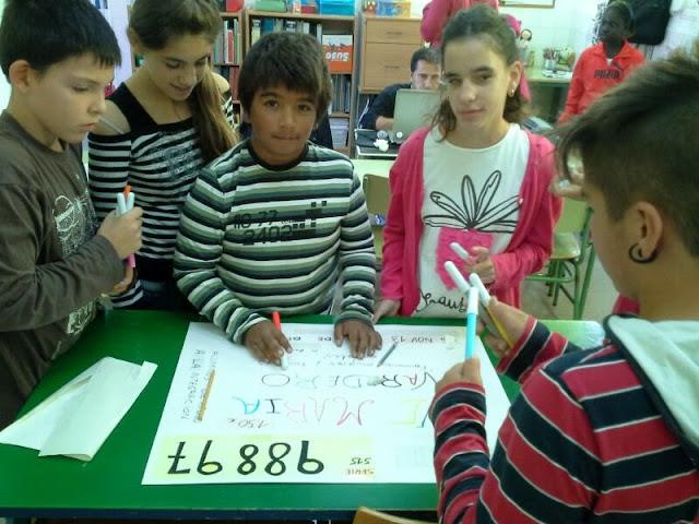Los alumnos hacen sus dibujos y títulos en el mural