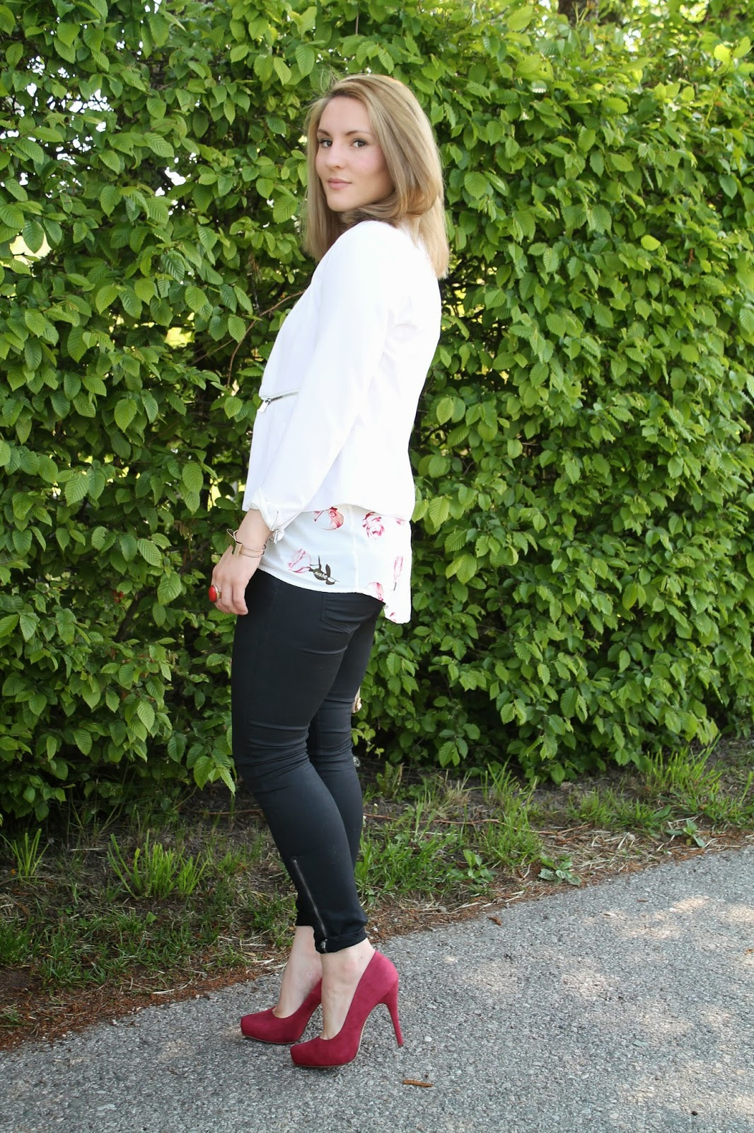 Fashionblogger Austria / Österreich / Deutsch / German / Kärnten / Carinthia / Klagenfurt / Köttmannsdorf / Spring Look / Classy / Edgy / Flower/ Blouse / Blazer / White / Streetstyle / Fashion / Looks / Outfit / Deichmann / Oasap / Marc by Marc Jacobs / H&M / Ann Christine / Waxed Jeans /