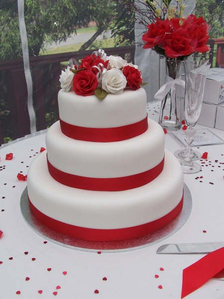 celebrity Gossip: Red And White Wedding Cakes