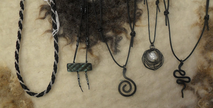 Många olika vackra smycken...