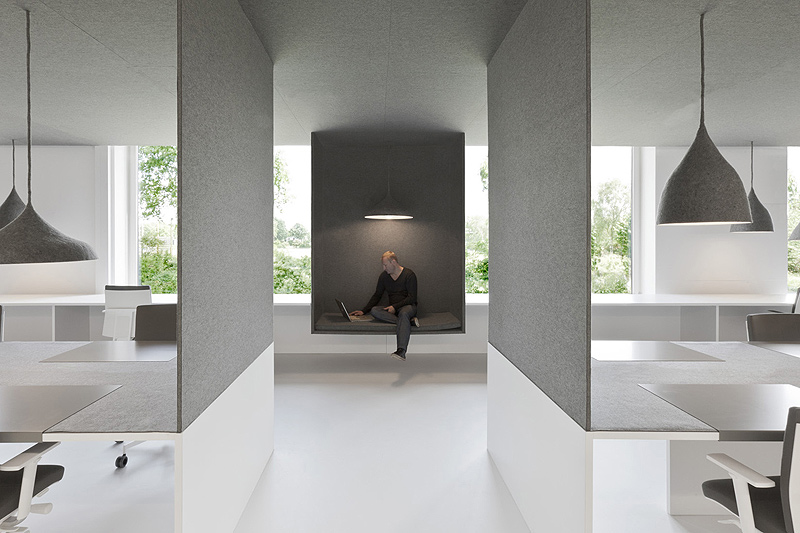 Oficinas en blanco y fieltro por i29 l interior architects for Diseno de oficinas minimalistas