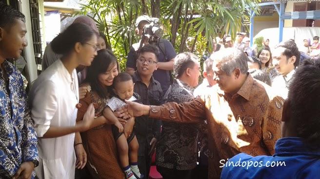 SBY saat berjabat tangan dengan keluarga besarnya di Kelurahan Ploso