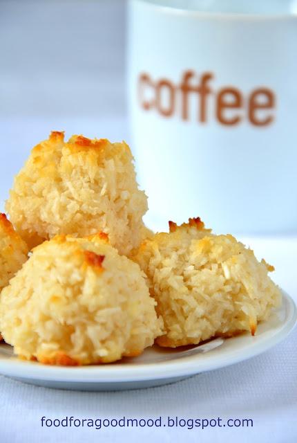 Jedno z wielu wspomnień z dzieciństwa. Kupowane w cukierni na wagę ciasteczka, które znikały w oka mgnieniu. I ta mina mamy, gdy chcąc się poczęstować, sięgała ręką do pustej torebki... Bezcenne :)   Klasyczne kokosanki powstają na bazie piany z białek, te bazują na mleku skondensowanym. Bliżej im do kokosowych makaroników, ale i tak polecam wypróbować :)