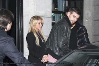 http://4.bp.blogspot.com/-UouUBjSa_Bc/TWKIZbHKxLI/AAAAAAAALso/3FZzlkt2z7w/s1600/normal_Shakira_Gerard_%25284%2529.jpg