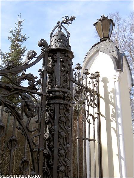 Ворота Сан-Галли с саламандрами-драконами на даче Клейнмихель в Петербурге