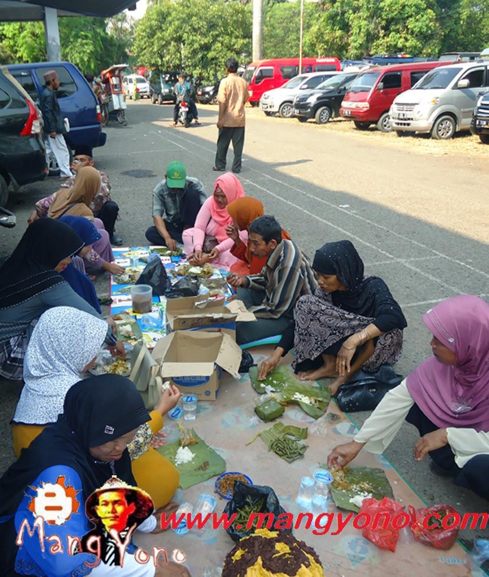 Nikmatnya makan nasi timbel khas Subang. Poto jepretan Admin Blog Mang Yono