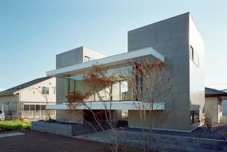 casa con fachada de cristal