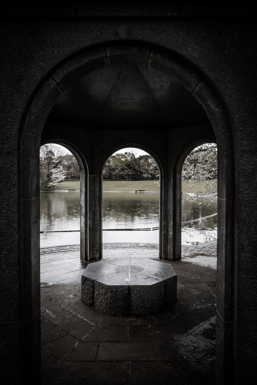 雨の日に公園で撮影した西洋風のあずまやの写真