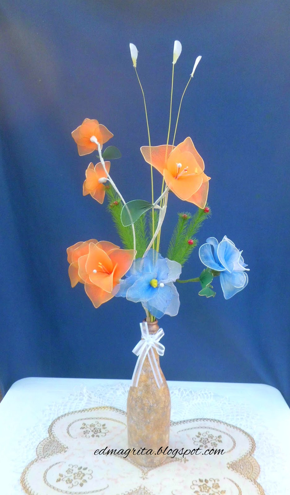 Arte manual tutorial arreglo flores de naylon en botella - Como conseguir color naranja ...
