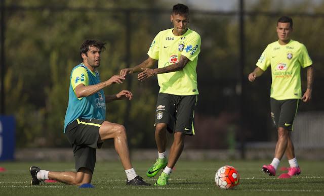 Kaká pode trazer experiência ao meio-campo do Brasil, que ainda conta com Neymar para os amistosos (Foto: Leo Correa/Mowa Press)