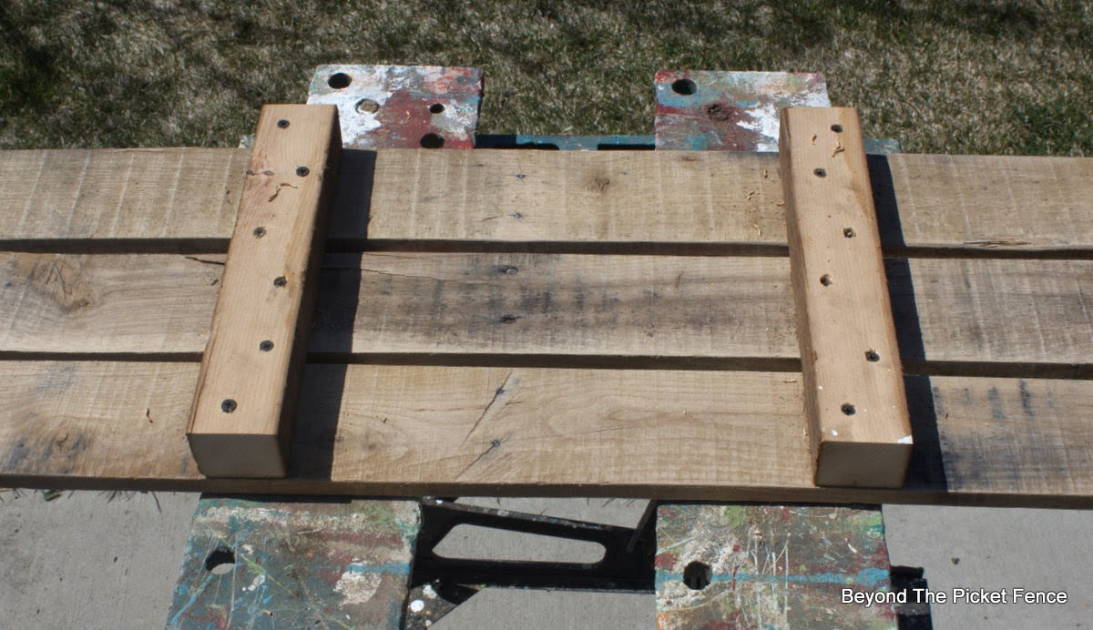 bookshelf, pallets, rustic furniture, industrial, beyond the picket fence, http://bec4-beyondthepicketfence.blogspot.com/2015/04/rustic-industrial-bookshelf.html