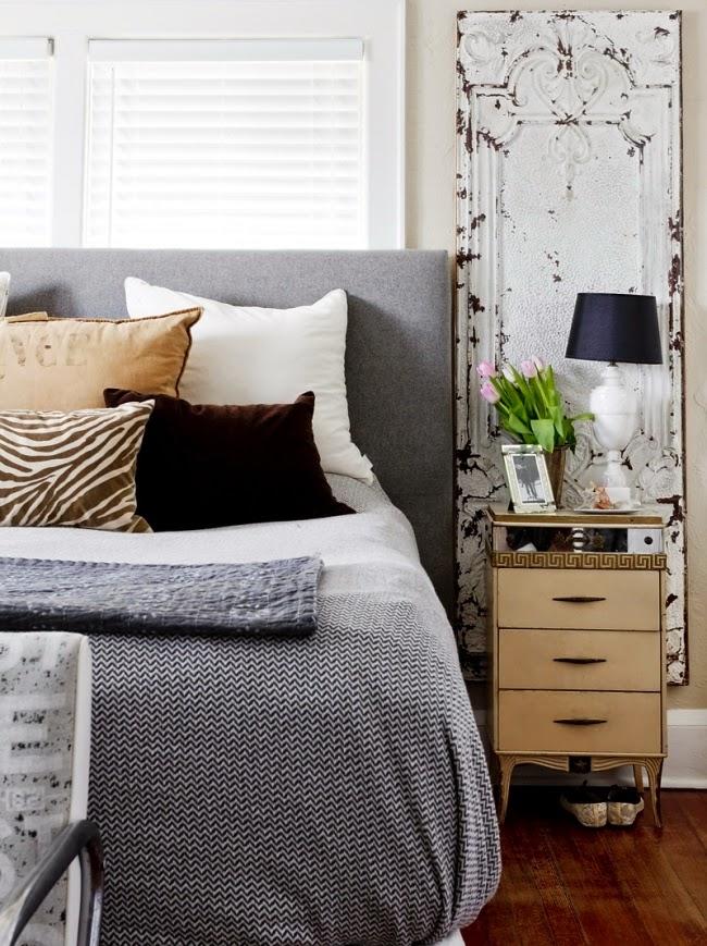 styl klasyczny, białe wnętrza, shabby chic, bielone meble, stare drzwi, sypialnia
