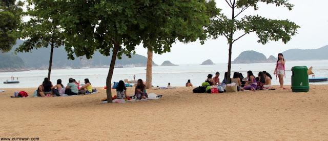 Grupos de filipinas en la playa en Hong Kong