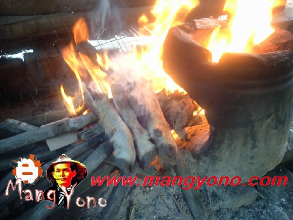 Membakar Kaki kambing diatas bara api yang menyala.