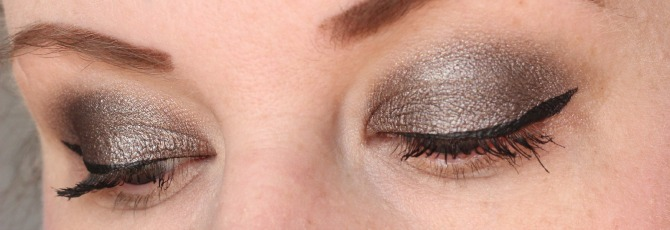 Clarins ombre matte shadow in sparkle grey on the eye lid - side on