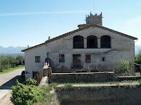 Façana principal de la Rectoria de Sant Andreu, amb la bassa i el pati