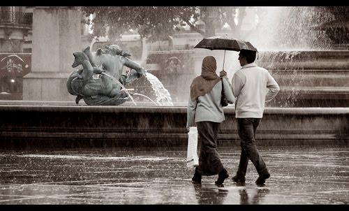 Foto Romantis Pada Saat Hujan