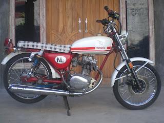 sepeda motor antik surabaya  motor antik honda cb 100