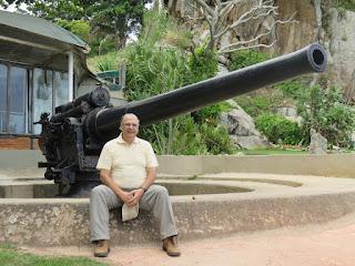 Junto a la Artillería histórica (Bahía de Guanavara)