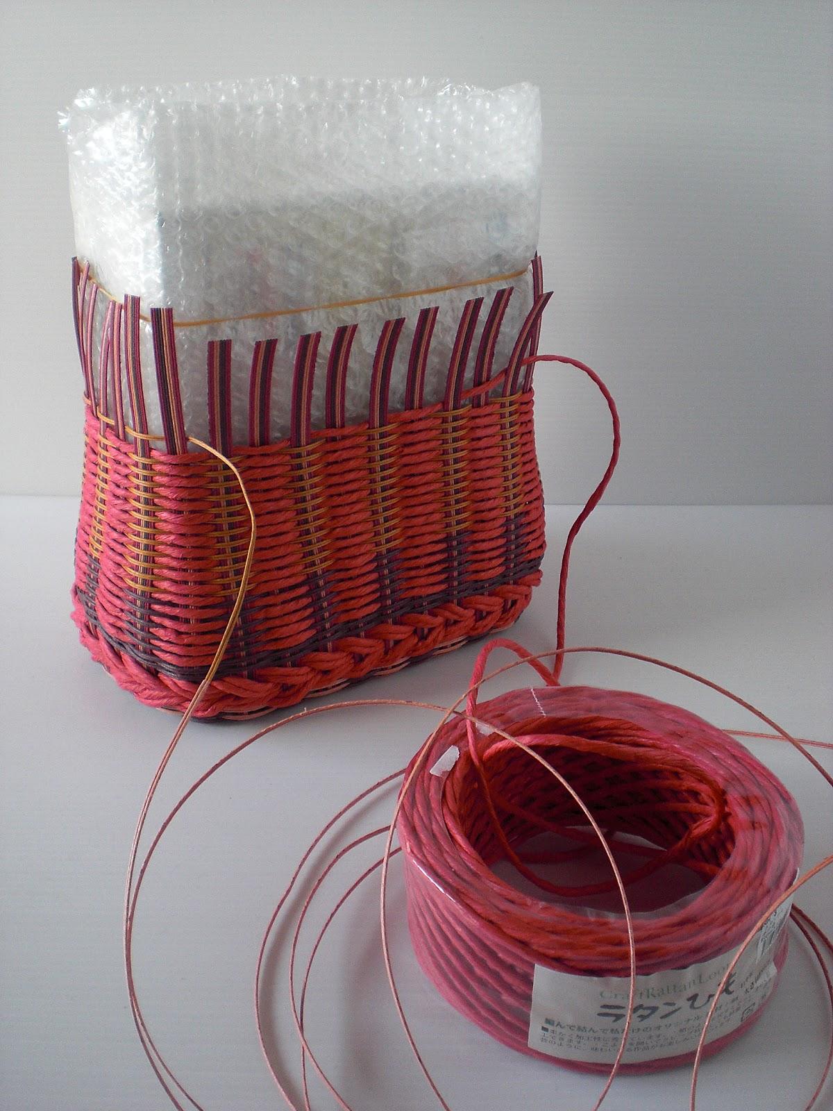 お気に入りデザインのラタンのかごバッグを派手な色のクラフトテープで制作