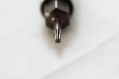 T6 Torx Screwdriver to undo screws on a TomTom 510 SatNav