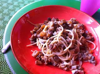 spaghetti di farro con crema di anacardi al timo e melanzane saltate in padella