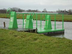 Zelfbedieningskettingveerpont bij Zoeterwoude over de Ommedijkse Watering