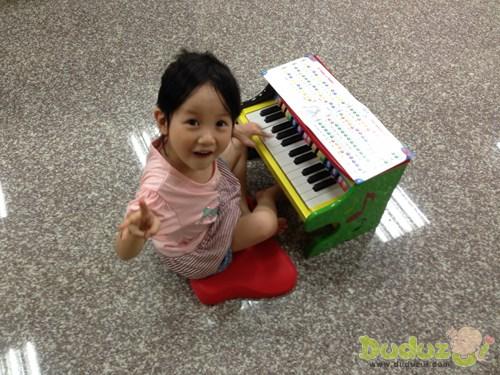 琴身鮮豔色彩設計,最能吸引小朋友的興趣