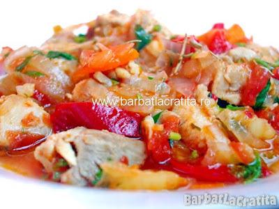 Tocanita de pui cu legume in farfurie