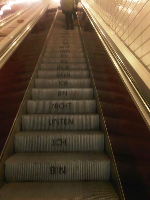 Rolltreppe mit Sinnspruch