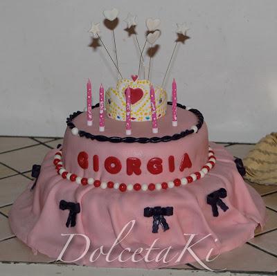 torta due piani rosa con corona