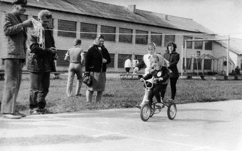 Bērnu sporta svētki Valles vidusskolas stadionā 1970-to gadu otrā puse