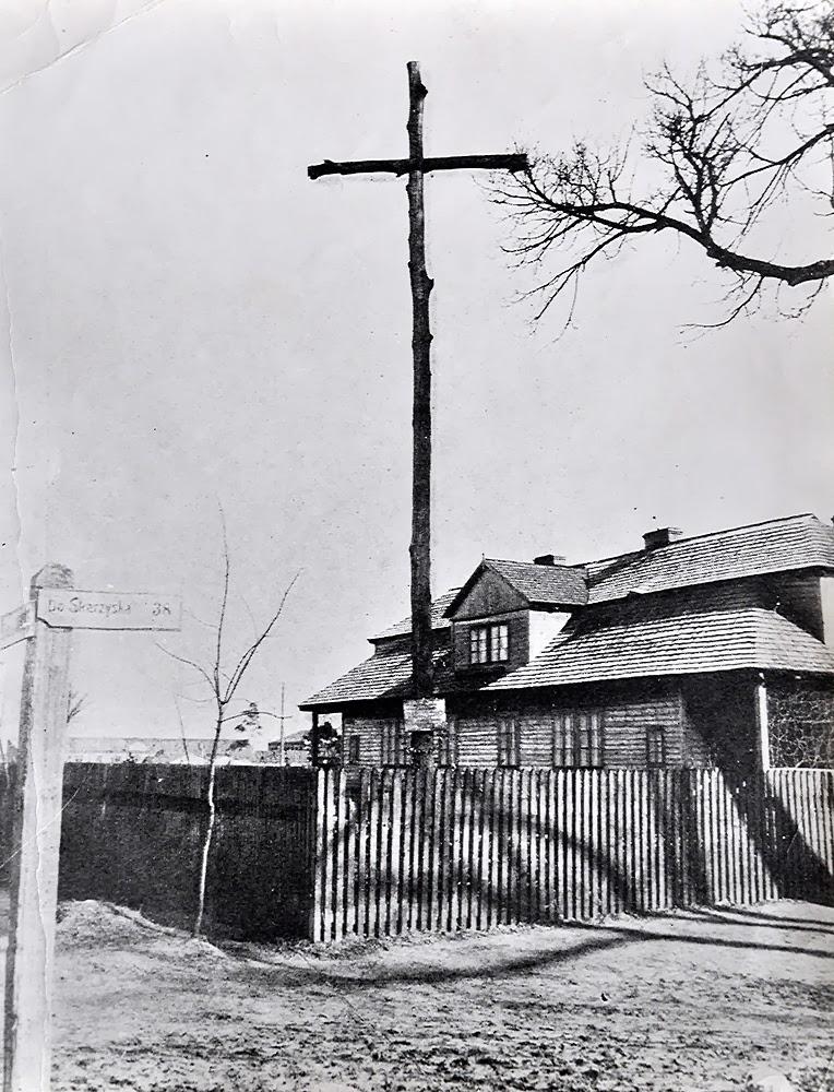 W 1917 r.  austriackie władze okupacyjne zezwoliły mieszkańcom Końskich na upamiętnienie powstańców krzyżem drewnianym i stosownym napisem: DLA UCZCZENIA PAMIĘCI STRACONYCH BOJOWNIKÓW ZA WOLNOŚĆ 8 MAJA 1864 R. FRANCISZKA MAKULSKIEGO, ŁĄCZKOWSKIEGO I INNYCH KRZYŻ TEN POSTAWILI OBYWATELE M. KOŃSKICH W 126 ROCZNICĘ KONSTYTUCJI 3 MAJA. KOŃSKIE DN. 6 MAJA 1917 R. Foto. (kopia) w zbiorach KW.