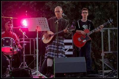 Hervé : batterie, Gilles bouzouki irlandais, Gwenolé : guitare basse