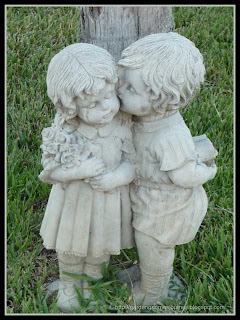 kissing kids statue