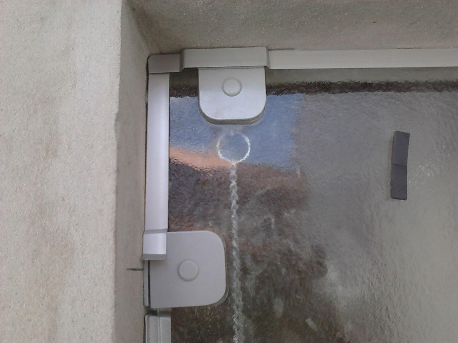 #6E645D Janela Basculante em vidro antílope detalhe da sua dobradiça e  1922 Janela De Aluminio Sp
