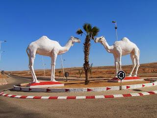 Tarfaya, een behoorlijk grote stad in de Westelijke Sahara met een wat wonderlijke 'woestijnstad-sfeer' en veel militaire controle.