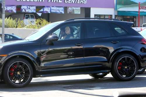 Miley Cyrus la volanul masini sale Porsche  Cayenne GTS