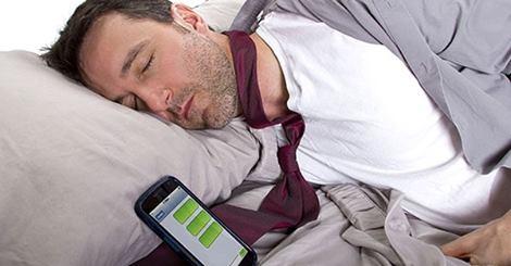 لن تصدق ماذا يحدث لجسمك اذا تركت الهاتف المحمول فى غرفتك اثناء النوم !