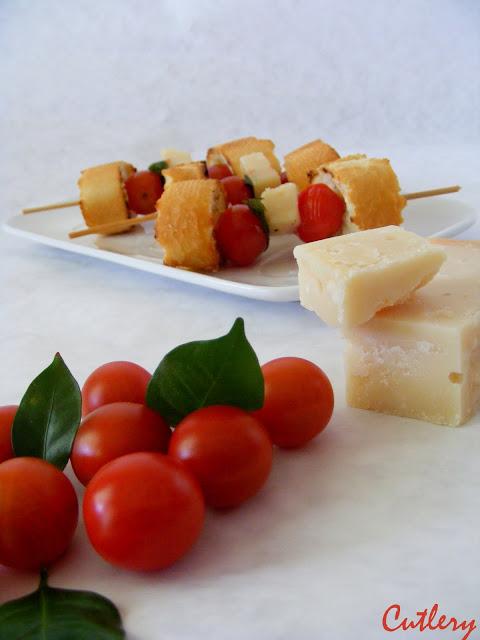 Bruschetta s lístkami bazalky , parmezánom a cherry paradajkami