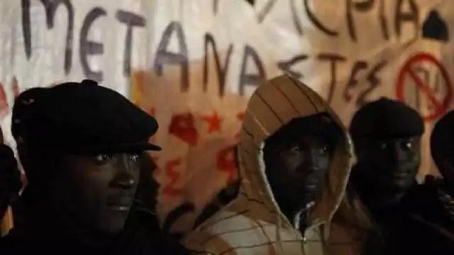 ΣΟΚ : Στην Φιώτιδα Μετανάστες Γελοιοποιούν Τον Ιησού  Με Φωτοτυπίες Που Πετούν Στον Δρόμο φώτο!!