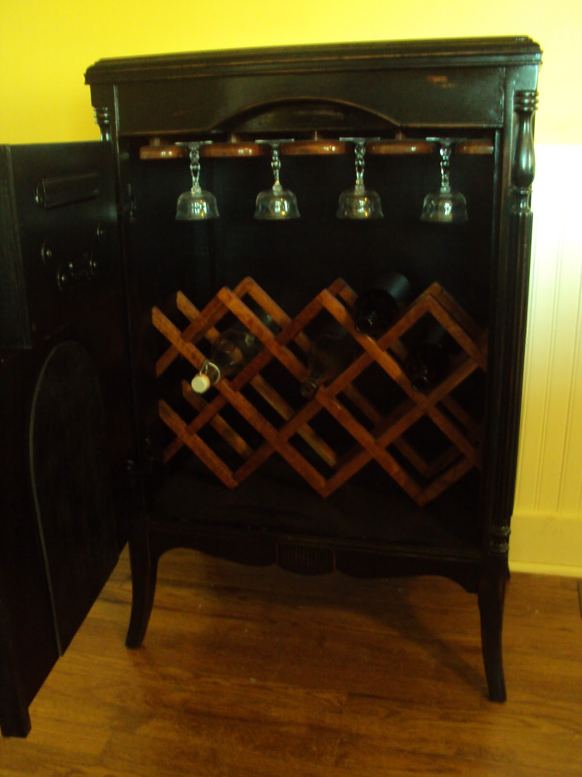 patina: Wine cabinet radio