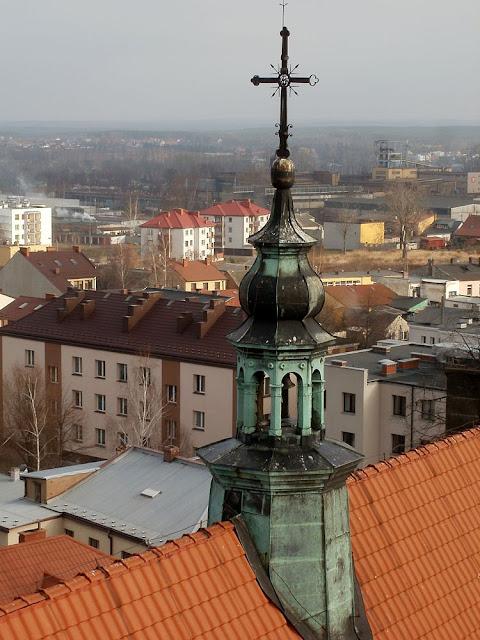 Końskie, kolegiata p.w. św. Mikołaja. Jak pięknie wygląda miedziana wieżyczka sygnaturkowa - widać dopiero na zbliżeniu. W niej zawieszony jest dzwon z 1771 roku. Fot. Paweł Kałwiński.
