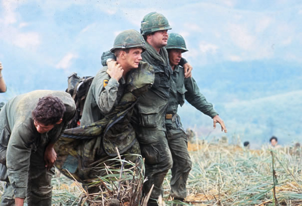 Worldimage4u Two Us Soldiers Aiding Wounded In Vietnam War