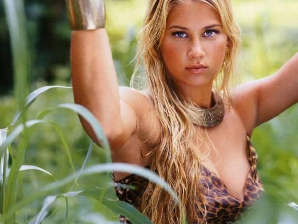 Anna Kournikova – wearing a bikini on a boat in Miami 03