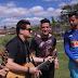Goleiro Fábio, do Cruzeiro, recebe a visita de André e Felipe durante treino