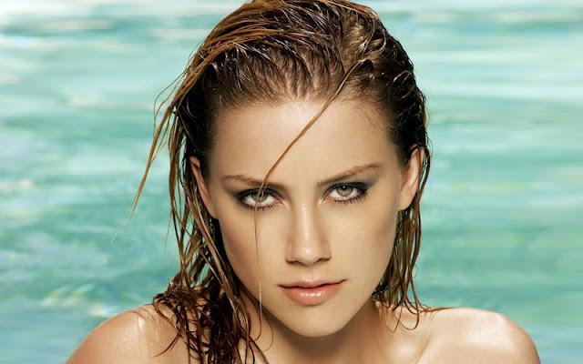 Amber Heard sexy in swimsuit